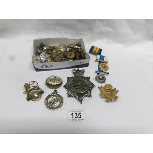 135 - A mixed lot of military badges, buttons etc...