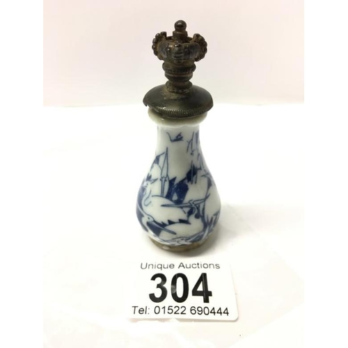 304 - A Chinese perfume/snuff bottle...