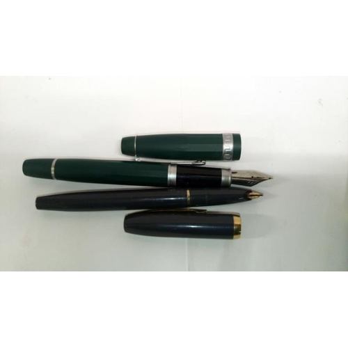 351 - A mixed lot of vintage pens...