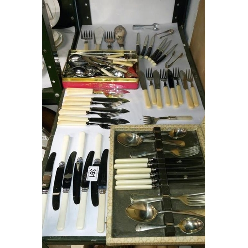 391 - A large mixed lot of assorted cutlery...