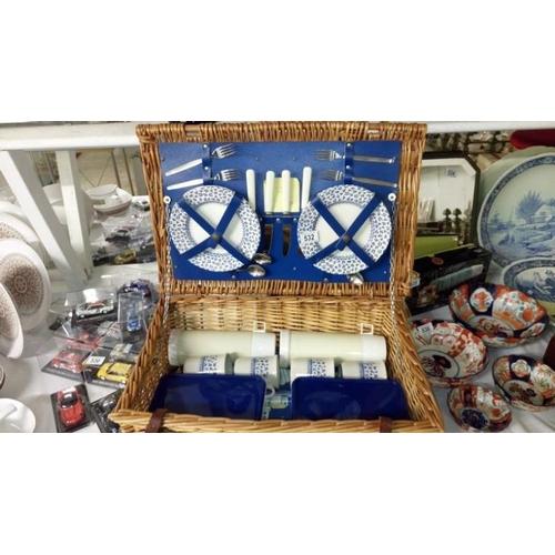 532 - A picnic set...