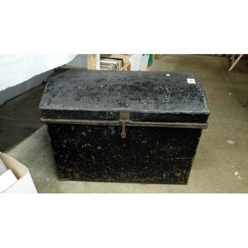 569 - A tin trunk...