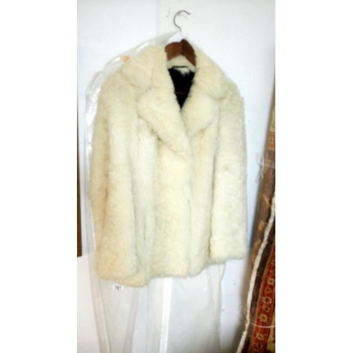781 - A faux fur coat...