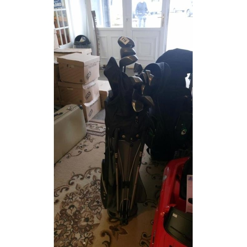 816 - A complete set of golf clubs with carry bag...