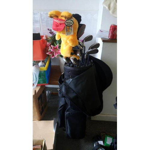 817 - A set of Callaway golf clubs with bag (model X16)...