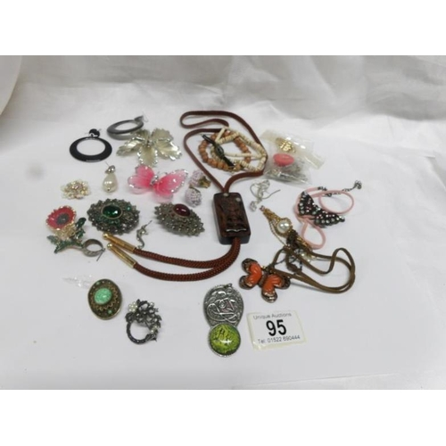 95 - A mixed lot of brooches and pendants...