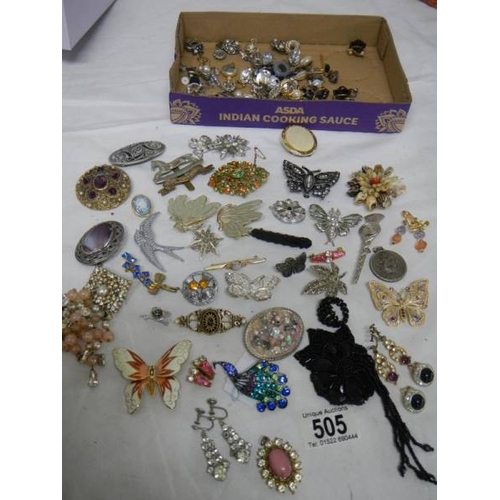 505 - A mixed lot of jewellery including necklaces, brooches, earrings etc. (Approximately 40 items)....