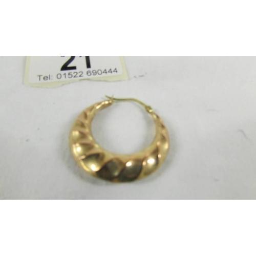 21 - A pair of 9ct gold earrings, 4 grams....