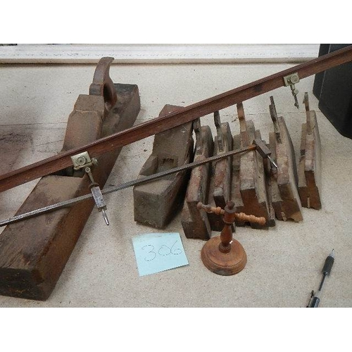 306 - A good selection of Besch moulding planes, some by J Miller of Sheffield, a vintage mahogany Trammel...