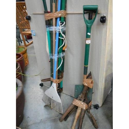 341 - A good lot of garden tools (2 bundles).