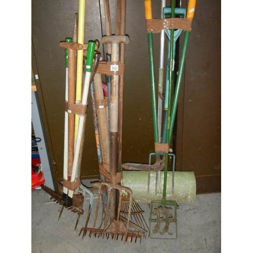 342 - A good lot of garden tools, 4 bundles.