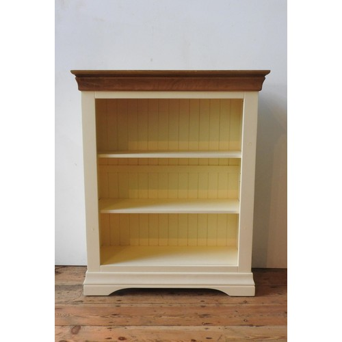 37 - A CONTEMPORARY CREAM PAINTED ADJUSTABLE HARDWOOD BOOKCASE, 109 x 89 x 13 cm