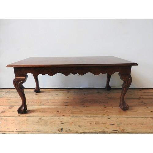 44 - A 20TH CENTURY CLAW FOOT BURR WALNUT EFFECT COFFEE TABLE, 47 x 56 x 107 cm