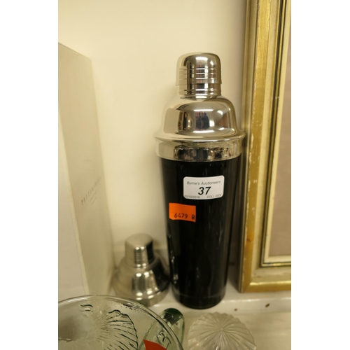 37 - Cocktail shaker...