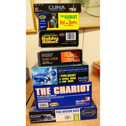 30 - Various moon and space themed model kits including a 'Lost in Space' chariot and also a robot (7) (P...