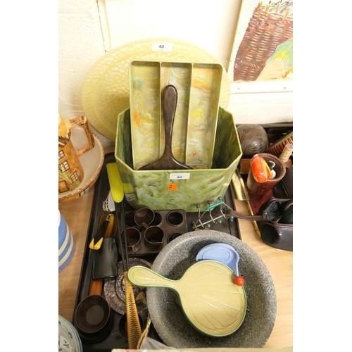 40 - Vintage bakelite wares including tub, cutlery holder, tray, child's tea wares, also a retro shoehorn...