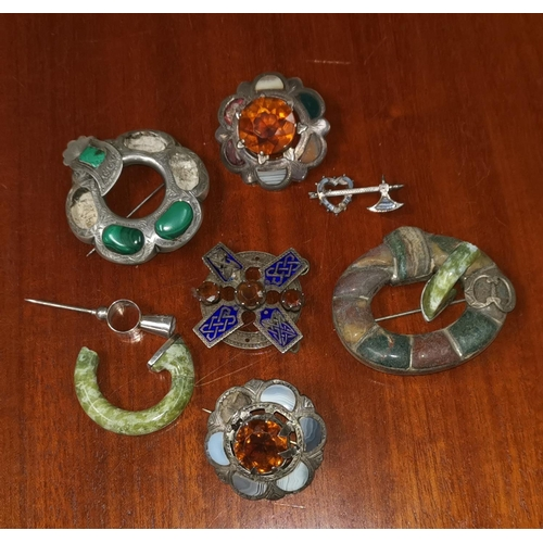 341 - A selection of items of Scottish jewellery (a.f.)...