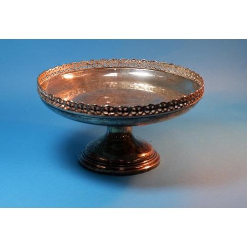 376 - A silver circular pedestal dish with pierced border, London 1923, diameter 8