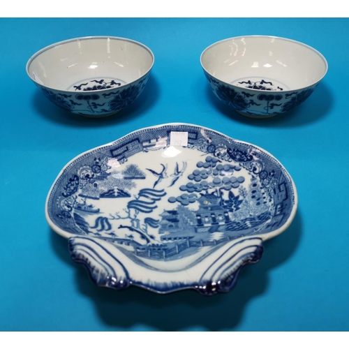 292 - 2 Chinese porcelain circular bowls decorated with sylized flowers in underglaze blue, 6 character si...