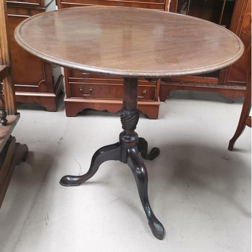 522 - A Georgian mahogany tilt top table, the circular dish top on turned  column and splay feet