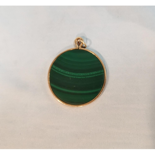 332 - A malachite disc pendant in 9 ct gold mount, London 1976, diameter 4.7 cm...