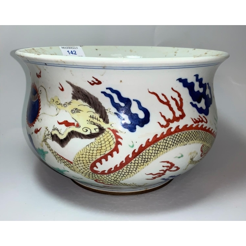142 - A circular Chinese Qing baluster censer bowl decorated on polychrome with dragons, diameter 25cm...