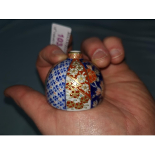 103 - A Japanese Imari porcelain miniature Fukagawa inkpot, diameter 5 cm...