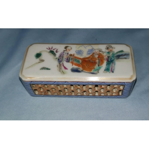 123a - A Chinese porcelain box with pierced side decoration, top with hand painted scene, mark to base, 10 ...