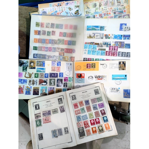753 - A selection of stamps in albums...