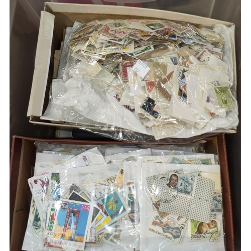 782 - A World collection of stamps in albums and loose...