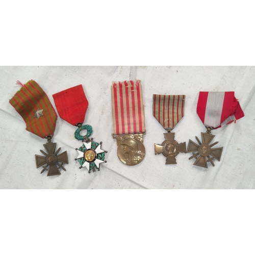 180 - A group of French WWI medals to comprise of Crox de Gurre and four others