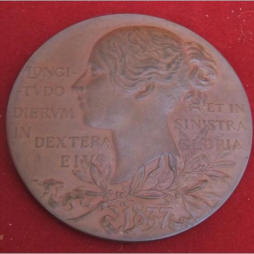 33 - Queen Victoria bronze medallion in original case, 5.5cm in diameter, approx 77 grams in weight....