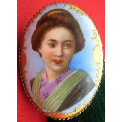 34 - Early 20thC hand-painted broach depicting a Japanese lady....