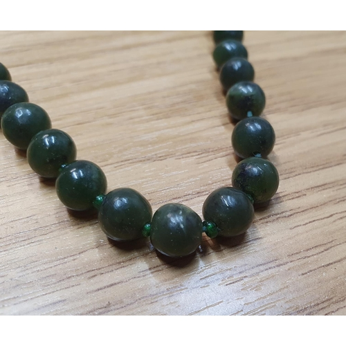 43 - Ladies vintage nephrite jade bead necklace...