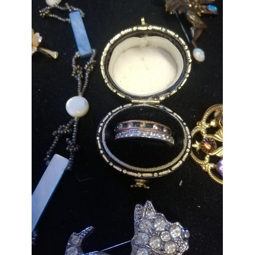 10 - Vintage Jewellery t/w 2 small china figures...