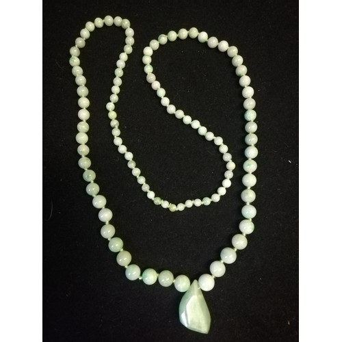 141 - Green jade necklace in original retail box - Imrie & Lawrence, Lahore & Simla, India -length 28