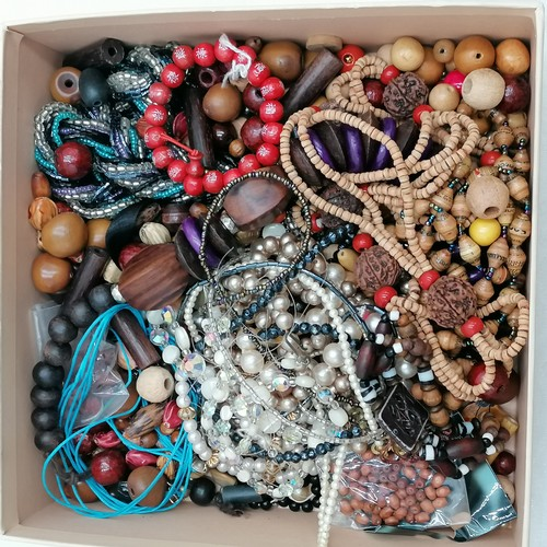257 - Qty of strung & loose beads (mainly wooden) -SOLD ON BEHALF OF THE NEW BREAST CANCER UNIT APPEAL YEO...