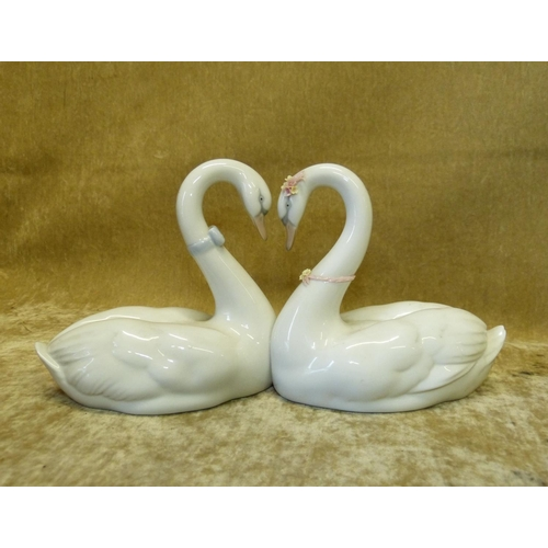 48 - A Lladro Group of 2 Swans, 27cm wide...