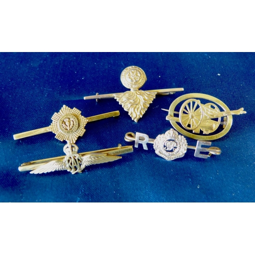 501 - 5 Gold Military Brooches, 15.2gms gross...