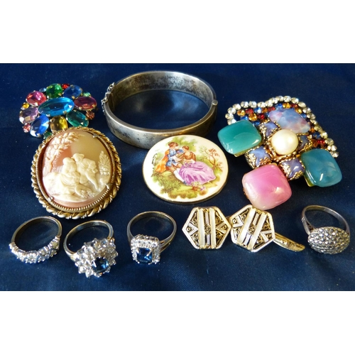 538 - A Birmingham Silver Hinged Bangle, a silver ring, 3 other rings and a small quantity of various othe...