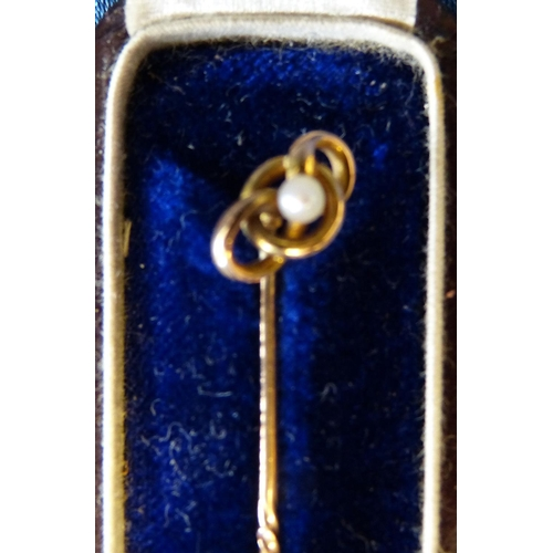 550 - A 15ct Gold Tie Pin mounted with small pearl in fitted red leather case...
