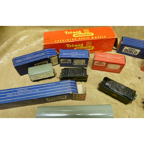 783 - A Tri-ang Green Locomotive with tender 31757 another Hornby tender and 8 other Hornby Dublo carriage...