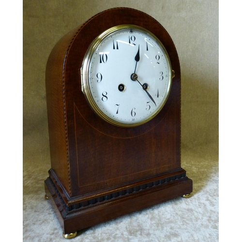 840 - An Edwardian Mahogany Arched Top 8 Day Striking Mantle Clock having inlaid stringing and boxing, whi...