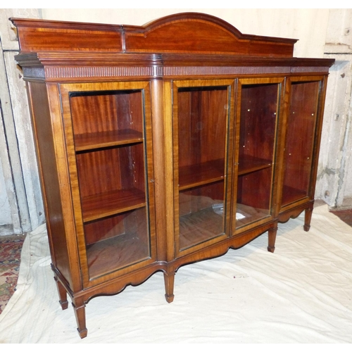 898 - A Good Quality Early 20th Century Mahogany Breakfront Low Bookcase having arched panelled back, inla...