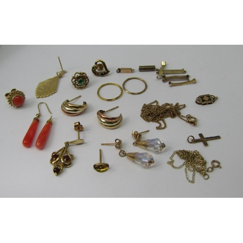 Collection of 9ct jewellery to include a pair of tri-colour stud earrings, several further single earrings, two fine link chain necklaces, etc, 10.6g total (af)