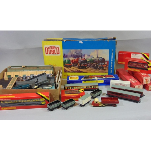 53 - Hornby Dublo collection including set 20/30 Diesel electric goods train, 2206 0-6-0 tank loco, maroo...