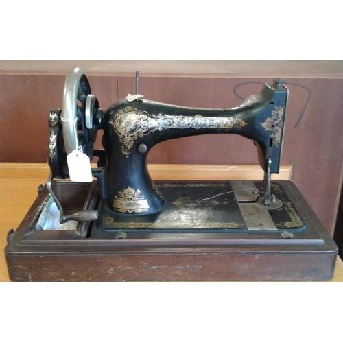 660 - Singer Sewing Machine...