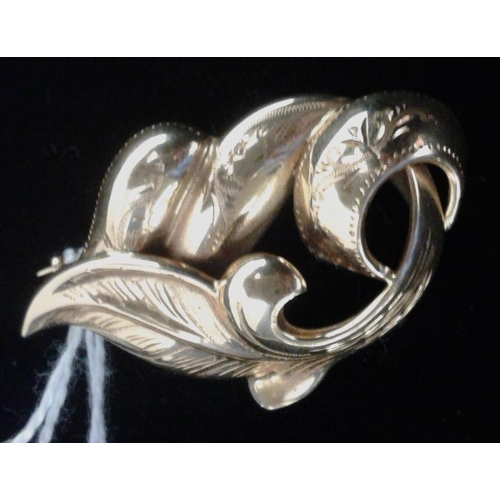 329 - 18Ct Gold Leaf Pattern Brooch, c.4.8grams...