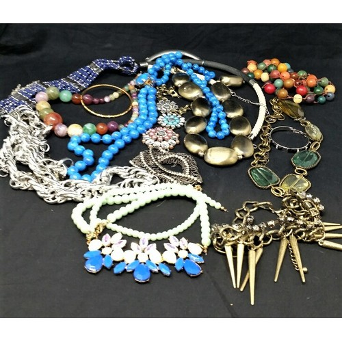 55 - A quantity of assorted modern jewellery in variousconditions...