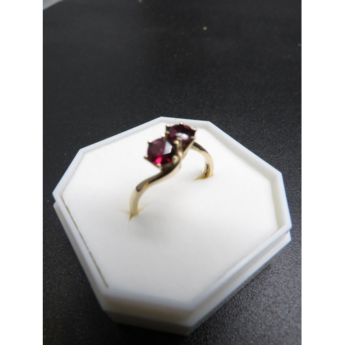 396 - A NINE CARAT GOLD AND GARNET RING - SIZE P - APPROXIMATE WEIGHT 2.7G...